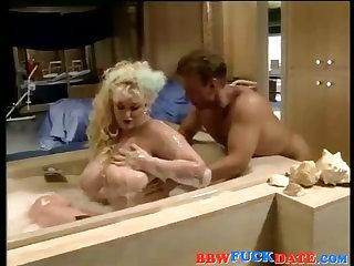 Whitey BBW lady taking hot bath and sucking cock